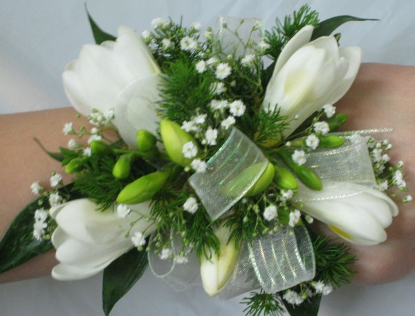 Freecia with baby's breath wrist corsage 18